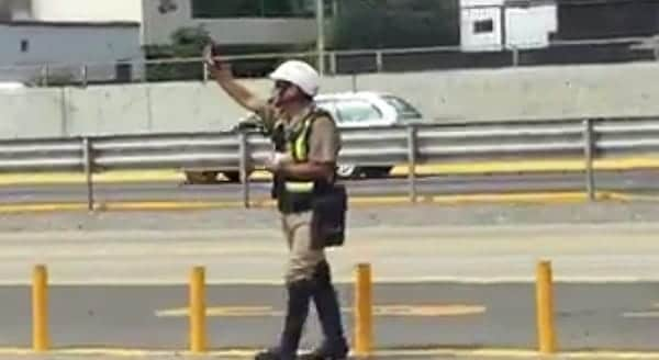 Peruvian Policeman Stops Traffic and For The Purr-fect Reason! – VIDEO