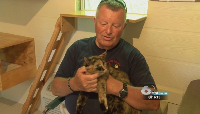 A South Carolina veteran turned animal advocate traveled more than a thousand miles to rescue a cat at a kill-shelter in Illinois.