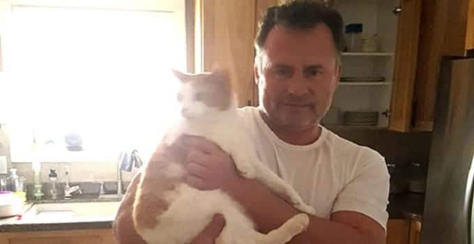 Lee Ellis with one of the many cats in Fort McMurray that he fed while remaining in the city after it had been evacuated. (Facebook.com/lee.ellis.980)