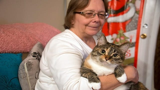 Cat Alerts Owner to Neighbor in Medical Distress!